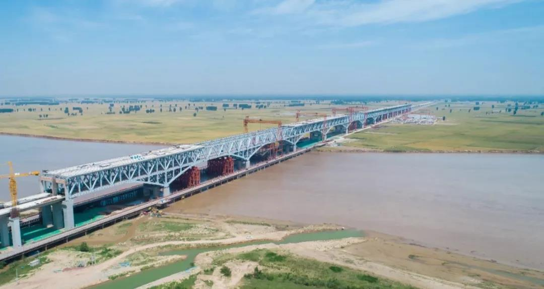 郑济铁路郑州黄河特大桥钢桁梁合龙